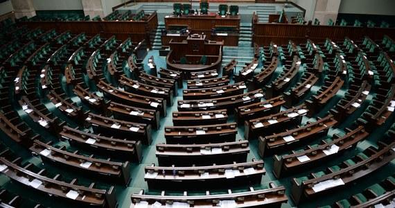 Wybory parlamentarne – wg sondażu Ipsos – wygrało Prawo i Sprawiedliwość, uzyskując 43,6 proc. poparcia. Druga jest Koalicja Obywatelska z 27,4 proc. głosów. Ale do Sejmu wejdzie w sumie pięć ugrupowań. Do wyborów poszło 61,1 proc. uprawnionych do głosowania.  Wstępnie podział mandatów w Sejmie wygląda następująco.