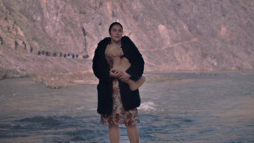 """""""Bóg istnieje, a jej imię to Petrunia"""" - film czołowej macedońskiej reżyserki Teony Strugar Mitevskiej - trafi do polskich kin 25 października. Obraz inspirowany jest prawdziwymi wydarzeniami z 2014 r., które wywołały falę dyskusji o roli kobiet we współczesnym świecie i Kościele."""