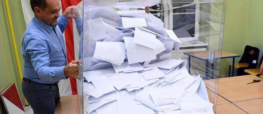 Dane PKW po obliczeniu głosów z 100 proc. komisji obwodowych: PiS - 43,59 proc.; KO - 27,4 proc.; Lewica - 12,56 proc.; PSL - 8,55 proc.; Konfederacja - 6,81 proc.