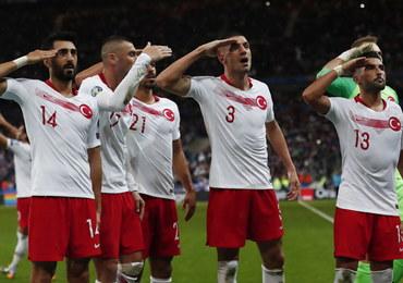 Tureccy piłkarze salutowali po strzeleniu gola w poparciu dla armii