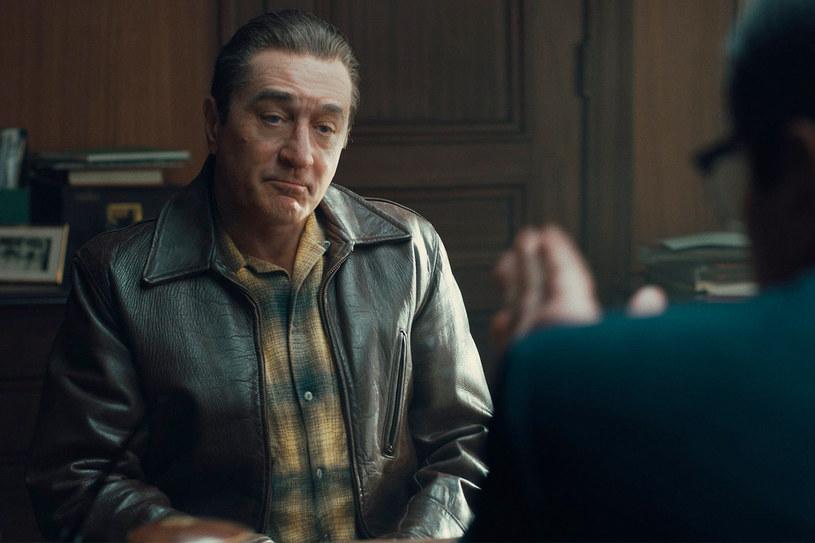 """Dwukrotny laureat Oscara pracował ostatnio w Oklahomie przy najnowszej produkcji reżyserowanej przez Martina Scorsese - """"Killers of the Flower Moon"""". Doznał tam poważnej kontuzji nogi, ale nie na planie filmowym. Jak wyznał Robert De Niro, chodzi o zerwanie mięśnia czworogłowego uda. Kontuzja nie powinna wywołać poważnych opóźnień na planie, gdyż aktor już wcześniej miał zaplanowaną dłuższą przerwę od zdjęć do tego filmu."""