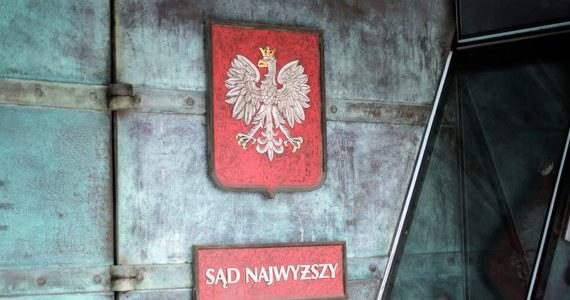 """Sędzia nowo-powstałej Izby Kontroli SN Antoni Bojańczyk skierował skargę do prezes tego sądu w związku z """"poniżającymi i wykluczającymi"""" zachowaniami części tzw. """"starych """" sędziów - informuje we wtorek Polska Agencja Prasowa. Bojańczyk poczuł się dotknięty m.in. """"ociąganiem się z podaniem mu dłoni na powitanie""""."""