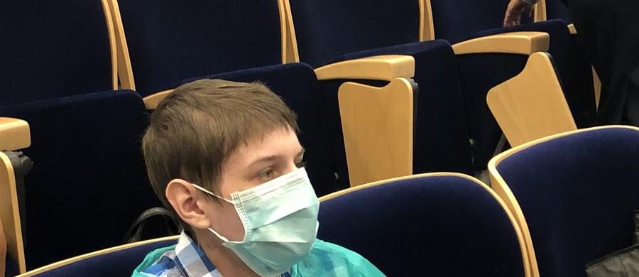 Rafał ma 21 lat. Od urodzenia choruje na mukowiscydozę. To choroba genetyczna, która  powoduje nadmierną produkcję i zagęszczenie śluzu w organizmie. Mukowiscydoza uszkodziła mu płuca i wątrobę. 11 września Rafał przeszedł skomplikowany zabieg, który uratował mu życie.