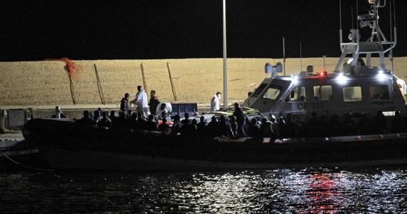 Wrak łodzi z ciałami co najmniej 12 migrantów zlokalizowały na dnie morza roboty wykorzystywane przez nurków z włoskiej Straży Przybrzeżnej.