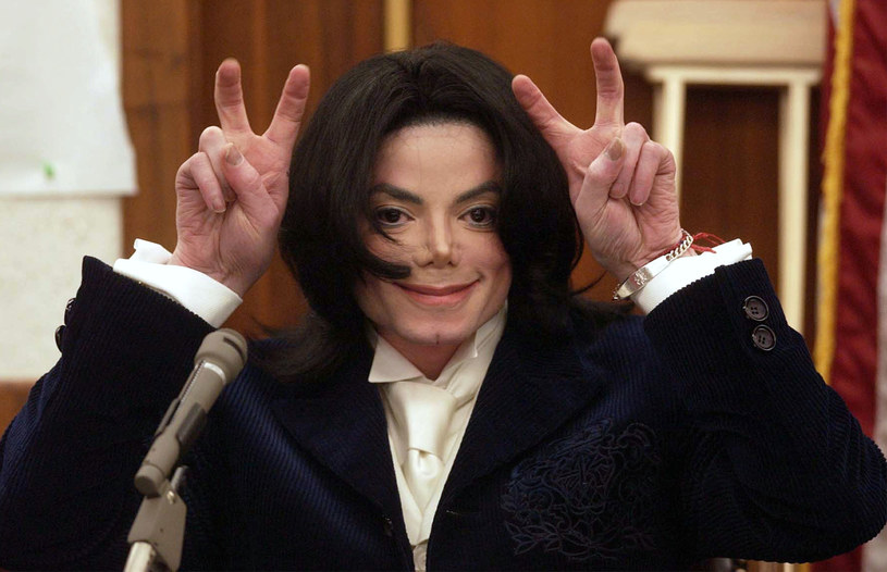 O Eltonie Johnie jest ostatnimi czasy głośno, a falę nowego zainteresowanie ze strony mediów, wzbudziła autobiograficzna książka gwiazdora, w której zdradza wiele szczegółów ze swojego życia, jak i informacje na temat innych znanych osób. Do tego grona zalicza się m.in. Michael Jackson.