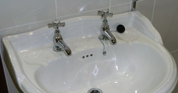 Pracownica Urzędu Miasta i Gminy Witnica (woj. lubuskie) znalazła kamerę pod umywalką w toalecie. To zdarzenie jest niesłychanie bulwersujące i godne napiętnowania - mówi Onetowi nadkom. Marcin Maludy, rzecznik lubuskiej policji.