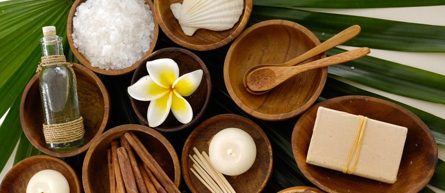 Kosmetyki naturalne to najlepszy sposób na to, żeby zadbać o urodę, jednocześnie przywracając harmonię zmysłom i troszcząc się o środowisko. Produkty bazujące na sile roślinnych ekstraktów są skuteczną, ale łagodną odpowiedzią na wszystkie potrzeby skóry, zarówno bardzo młodej, zanieczyszczonej, jak i suchej czy dojrzałej. Sprawdź nasz wybór siedmiu najlepszych naturalnych kosmetyków, jakie znajdziesz w drogerii Hebe i zakochaj się w mądrej pielęgnacji.