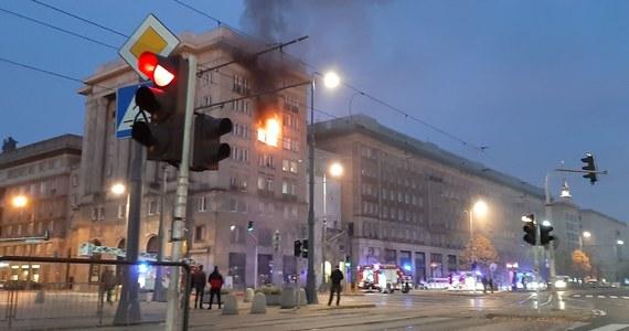 Trzy osoby zostały poszkodowane w pożarze kamienicy przy ulicy Marszałkowskiej, w rejonie placu Konstytucji w Warszawie. Ogień wybuchł w sobotę rano w jednym z mieszkań. Informację dostaliśmy na Gorącą Linię RMF FM.