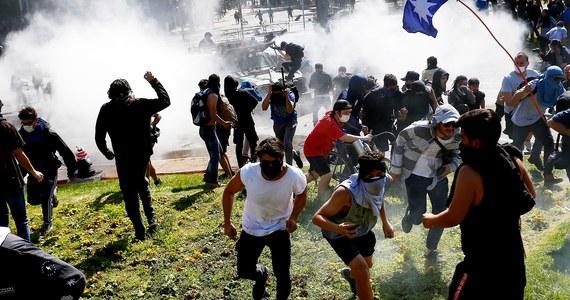 """Do 7 wzrosła liczba ofiar śmiertelnych protestów w Chile, które były kontynuowane w nocy z niedzieli na poniedziałek, mimo godziny policyjnej obowiązującej od 19 wieczorem do 6 nad ranem. Prezydent Sebastian Pinera oświadczył, że """"w kraju toczy się wojna""""."""