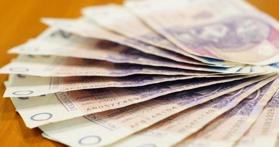 Liczba banknotów pozostających w obiegu wzrosła w trzecim kwartale tego roku do 2 mln 209,8 mln sztuk. Dekadę wcześniej w obiegu było ich 1 mld 94 mln sztuk - wynika z danych Narodowego Banku Polskiego (NBP) dotyczących struktury obiegu banknotów i monet.