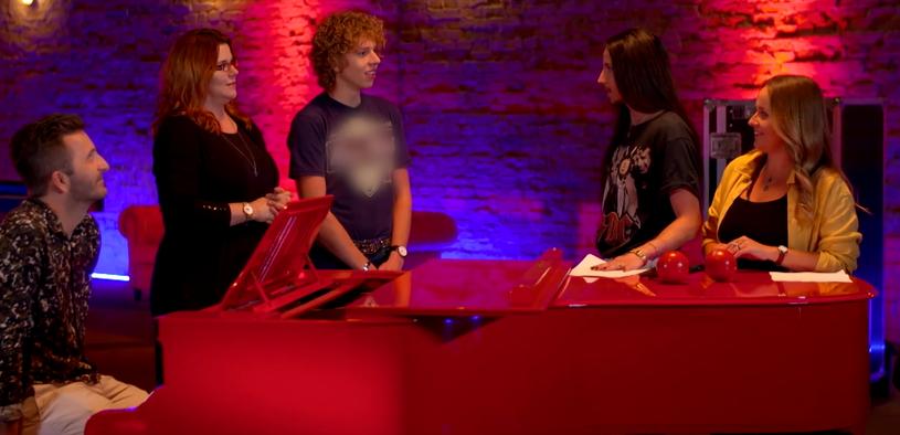 Przygotowania do duetu Filipa Czyżykowskiego i Soni Michalczuk wzbudziły emocje nie tylko ze względu na muzykę. Widzowie zastanawiali się bowiem, jaki napis na koszulce uczestnika zasłoniła TVP.