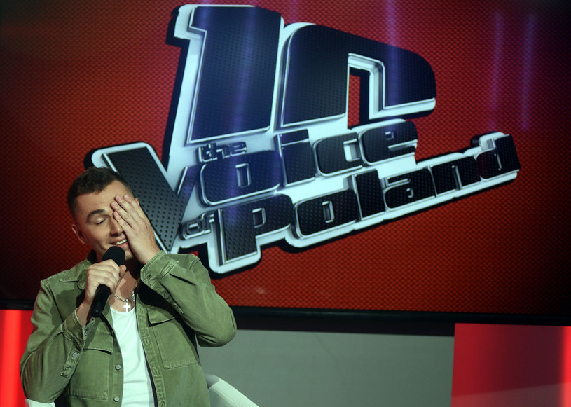 """Kamil Bednarek w """"The Voice of Poland"""" musi mierzyć się z ostrą krytyką. Tym razem widzom nie spodobało się to, że wyeliminował z programu Darię Kowolik. Mieszane opinie wywołał również pomysł przerobienia piosenki Adele na wersję reggae."""