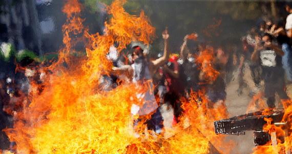 """Prezydent Chile Sebastian Pinera zapowiedział w poniedziałek wieczorem w przemówieniu telewizyjnym spotkanie z przywódcami opozycji w celu wypracowania """"nowego kontraktu społecznego"""" . Na ulicach stolicy Santiago i innych miast wciąż trwają demonstracje protestacyjne."""