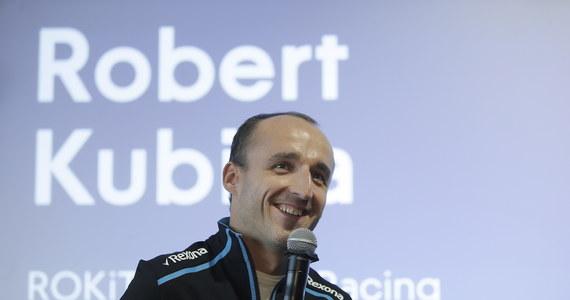 """Robert Kubica na razie nie chce mówić o tym, gdzie spędzi kolejny sezon. """"Chcę się ścigać, bo to moja pasja. To nie musi być Formuła 1"""" - zaznacza Polak. Robert Kubica w tym sezonie wrócił po ośmiu latach przerwy do ścigania w F1. Bolid Williamsa pozostawia jednak - delikatnie mówiąc - sporo do życzenia. Kubica i jego kolega z teamu Brytyjczyk George Russell przeważnie zamykają stawkę."""