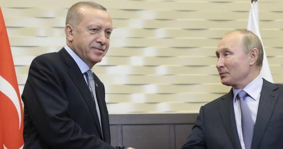 """""""Wszyscy zdajemy sobie sprawę, że sytuacja w regionie jest bardzo ostra"""" - oświadczył prezydent Rosji Władimir Putin, rozpoczynając w Soczi rozmowy z przywódcą Turcji Recepem Tayyipem Erdoganem na temat Syrii. Ten ostatni stwierdził z kolei, że spotkanie """"niewątpliwie"""" doprowadzi do zapewnienia w regionie pokoju."""