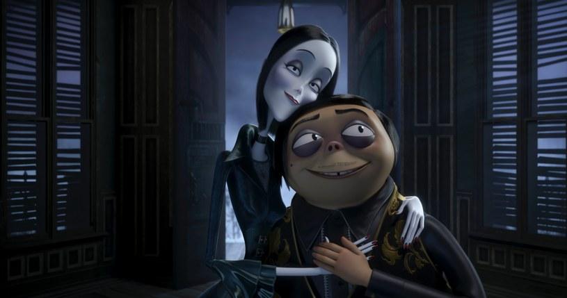 """""""Rodzina Addamsów"""" to animowana, pełnometrażowa wersja opowieści o postaciach, które do życia powołał jeszcze w latach 30. ub. wieku ceniony rysownik-satyryk Charles Samuel Addams (1912-1988), znany także jako Chas Addams. Pastiszowy, nasycony czarnym humorem komiks o upiornej rodzinie Addamsów przyniósł mu wielki rozgłos. W latach 60. Addamsowie trafili po raz pierwszy na mały ekran - powstał popularny serial komediowy i to właśnie wtedy autor nadał imiona swym bohaterom i określił bliżej ich biografie."""