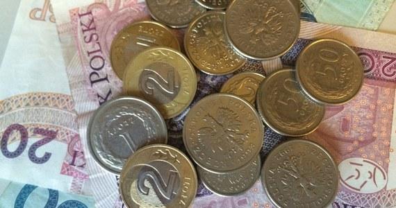 """Aż 52 proc. Polaków spodziewa się recesji. Dlatego zapowiadają oszczędności, zwłaszcza w wydatkach na posiłki poza domem i ubrania. Co trzeci redukuje wydatki także na żywność. Dla firm to niezbyt dobre informacje - pisze w czwartkowym wydaniu """"Rzeczpospolita""""."""