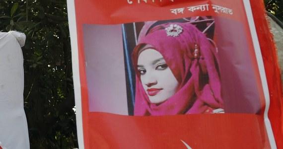 Sąd w Bangladeszu skazał na karę śmierci 16 osób za spalenie żywcem 19-latki, która wniosła skargę za napaść seksualną przeciwko dyrektorowi jej szkoły koranicznej. Kobieta nie chciała wycofać skargi - poinformowała prokuratura.