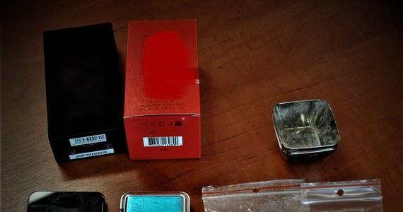 """Policjanci z Szamotuł w Wielkopolsce zatrzymali trzyosobowy """"gang"""", trudniący się kradzieżami w drogerii. Jego członkowie opracowali schemat działania: jeden z mężczyzn udawał omdlenie, drugi kradł perfumy, a trzeci kupował kradzione """"łupy""""."""
