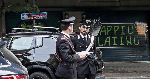Dramatyczne sceny rozegrały się w Rzymie w środę późnym wieczorem. Dwaj mężczyźni próbowali ukraść plecak 23-letniej kobiecie. W obronie młodej kobiety stanął towarzyszący jej 25-latek. Wtedy jeden z bandytów strzelił mu prosto w głowę.