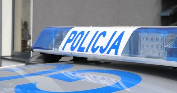 24-letni agresywny kierowca został zatrzymany przez warszawskich policjantów. Mężczyznę tak zdenerwowała jazda innego kierowcy, że chwycił pałkę teleskopową i zaczął mu grozić, że go zabije.