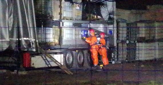Nielegalne składowisko odpadów chemicznych odkryli mieszkańcy wsi Szołajdy w powiecie kolskim w Wielkopolsce. W opuszczonym gospodarstwie rolnym zauważyli porzuconą naczepę ciężarówki, a na niej beczki z chemikaliami.