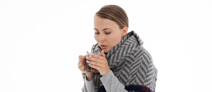 Żadna inna choroba wirusowa nie występuje równie często, jak grypa. Pojawia się zwykle w okresie jesienno-zimowym i tylko w naszym kraju choruje na nią około trzech milionów osób rocznie. Niestety na bardzo wysokim poziomie utrzymuje się także liczba zgonów z jej powodu. Czym właściwie jest grypa? Jakie powikłania mogą po niej wystąpić? Porozmawialiśmy o tym ze specjalistą.