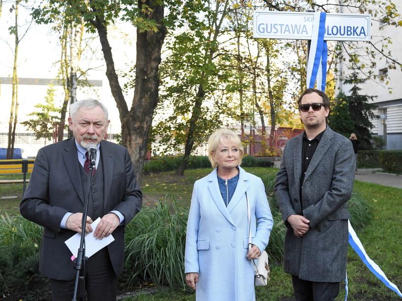 Jeden z najwybitniejszych aktorów filmowych i teatralnych oraz reżyser Gustaw Holoubek ma swój skwer na Zwierzyńcu w Krakowie. Uroczyste otwarcie zieleńca, ulokowanego przy zbiegu ulic Fałata i Kraszewskiego, odbyło się w piątek.