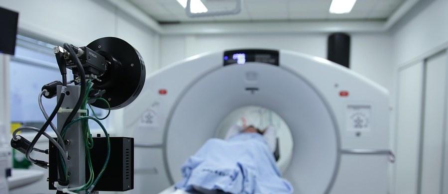 Opóźnia się wejście w życie Narodowego Planu dla Chorób Rzadkich. Minister zdrowia Łukasz Szumowski przyznaje w rozmowie z RMF FM, że pierwsi pacjenci skorzystają z niego dopiero na początku przyszłego roku. Plan zakłada, że każda osoba zmagająca się z chorobą rzadką otrzyma specjalny dokument stanowiący rodzaj paszportu. Ma on uprawniać do skorzystania z szybkich procedur medycznych.