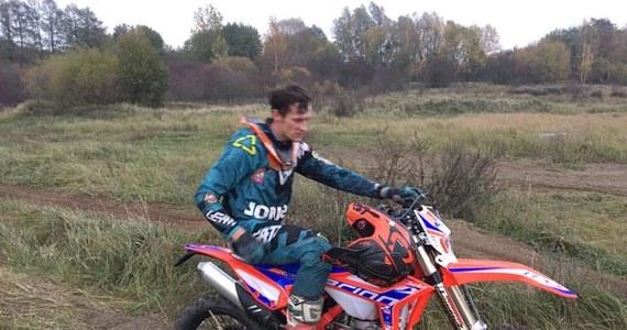 Motocyklista Emil Juszczak prosi o pomoc. W nocy w miejscowości Strzegowo skradziono samochód z całym wyposażeniem zawodnika. W żółtym Volkswagenie T5 były między innymi dwa motory Juszczaka. Jeden z nich dostał od sponsora kilkanaście godzin przed kradzieżą. Za pomoc w znalezieniu skradzionego sprzętu wyznaczono nagrodę. Po kilku godzinach poszukiwań Juszczak poinformował na swoim facebookowym profilu, o tym, że - mimo tego, że nie odnaleziono motorów - będzie mógł trenować na maszynie zastępczej.