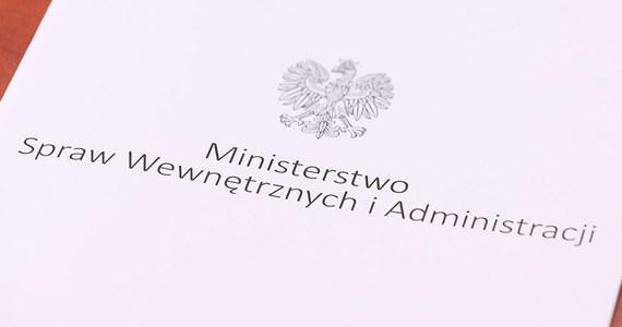 Nowo wybrani parlamentarzyści pełniący funkcje wojewodów i wicewojewodów złożyli rezygnacje z pełnionych funkcji. W czwartek podczas uroczystości w Sejmie wszyscy wybrani otrzymali z rąk sędziego Wiesława Kozielewicza - Przewodniczącego PKW, zaświadczenia o wyborze – przekazał Paweł Szefernaker, wiceminister w MSWiA.