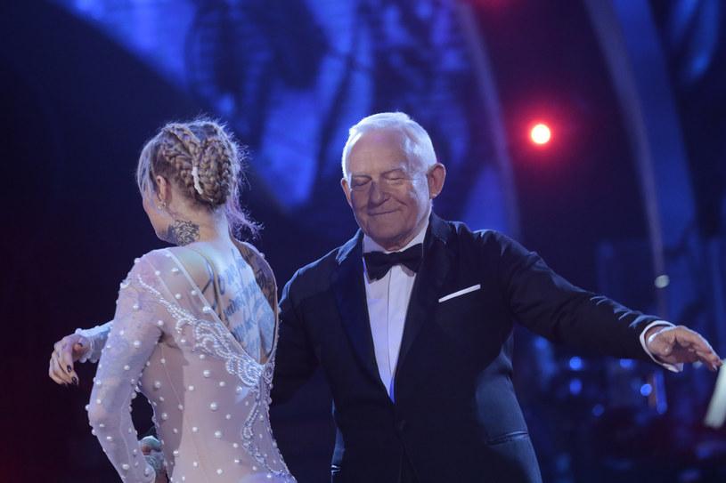 """W siódmym odcinku """"Tańca z Gwiazdami"""" uczestnicy mogli zaprosić do gościnnego występu swoich najbliższych. Monika postanowiła zatańczyć ze swoim dziadkiem. Jak na parkiecie spisał się Leszek Miller?"""