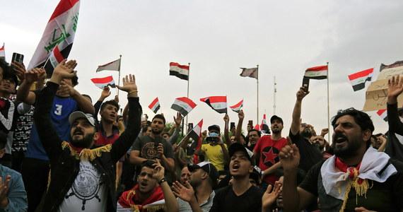 Wielkie demonstracje w centrum Bagdadu. Setki demonstrantów zebrało się na antyrządowych protestach dzień po gwałtownych zajściach na ulicach irackiej stolicy i innych miast, gdzie podczas protestów przeciwko obecnej polityce władz zginęło w sumie co najmniej 40 osób.