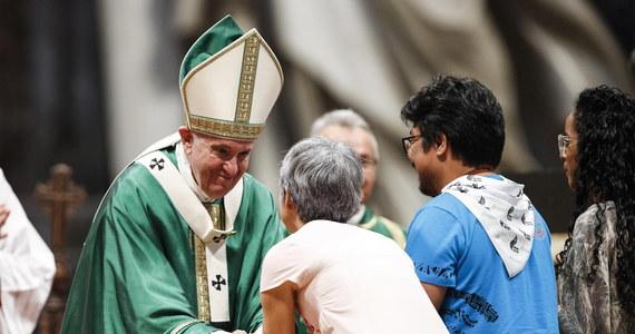 """Papież Franciszek ostrzegł, że gdy wierzący uważają się za lepszych i są """"sługami religii własnego ja"""", stają się """"cynicznymi kpiarzami"""". Mówił, że także w Kościele głosy ubogich nie są słuchane."""