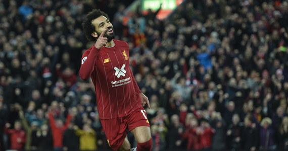 Piłkarze Liverpoolu pokonali na własnym stadionie Tottenham Hotspur 2:1 i umocnili się na prowadzeniu w tabeli angielskiej ekstraklasy. Nad zajmującym drugie miejsce i broniącym tytułu Manchesterem City mają sześć punktów przewagi.