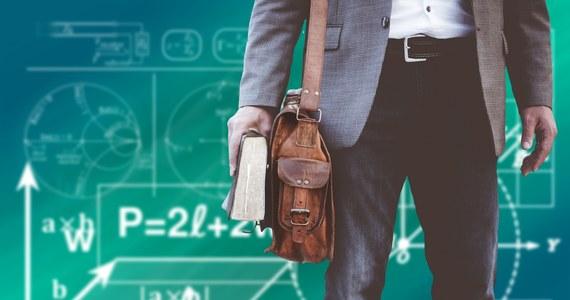 W bieżącym roku akademickim weszły w życie nowe zasady kształcenia przyszłych nauczycieli. W istotny sposób zmieniają one dotychczas obowiązujący system przygotowywania studentów do wykonywania w przyszłości nauczycielskiej profesji. Trzeba dodać, że jest to otwarcie drogi do zbudowania optymalnego systemu kształcenia przyszłych nauczycieli, w którym będą oni studiować tylko na najlepszych polskich uniwersytetach. Jest czymś charakterystycznym (i bardzo smutnym) dla stanu naszej debaty publicznej, że te zmiany są w niej praktycznie nieobecne. Trzeba zaznaczyć, że nowe zasady kształcenia przyszłych nauczycieli to spełnienie ważnego warunku umożliwiającego poprawę jakości kształcenia w polskich szkołach.
