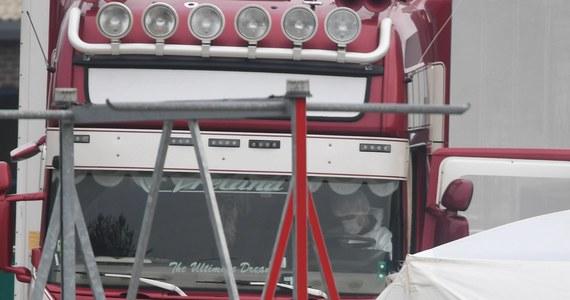 25-letni kierowca ciężarówki, w której naczepie w ubiegłym tygodniu znaleziono ciała 39 osób, pojawi się dziś przed sądem we wschodniej Anglii. Postawiono mu zarzuty zabójstwa wielu osób, uczestnictwa w przemycie ludzi i prania brudnych pieniędzy.