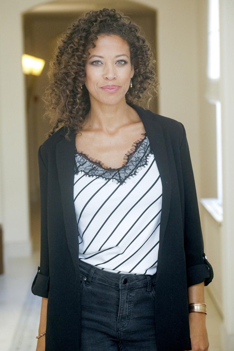"""Davina Reeves-Ciara w 2010 roku sięgnęła po koronę Miss Nowego Jorku. Czarnoskóra piękność porzuciła jednak karierę w amerykańskim show-biznesie, bo wybrała miłość. Teraz z mężem i dziećmi mieszka pod Wałbrzychem. Zobaczymy ją w jednej z pierwszoplanowych ról w nowej produkcji Canal+ """"Żmijowisko""""."""