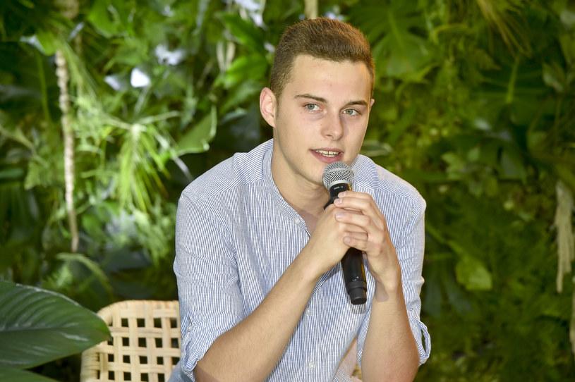 """Ma 19 lat i z """"The Voice Kids"""" awansował do """"dorosłego"""" wydania tego programu. Jak Adam Zdrójkowski, który ma na swym koncie udział w takich produkcjach, jak """"Dance, Dance, Dance"""", """"Dancing with the Stars. Taniec z Gwiazdami"""" czy """"rodzinka.pl"""", radzi sobie w bieżącej edycji """"The Voice of Poland""""?"""