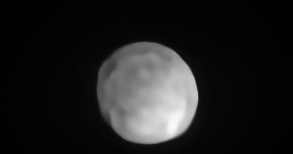 """Astronomowie, korzystający z teleskopu VLT Europejskiego Obserwatorium Południowego (ESO) potwierdzili, że planetoida Hygea spełnia wszystkie warunki, by mogła być uznana za planetę karłowatą Układu Słonecznego. Tym samym czwarte co do wielkości ciało pasa planetoid, nazwane imieniem greckiej bogini zdrowia, doczekało się promocji i stało się najmniejszym ze znanych nam obiektów klasy Plutona. W odkryciu, w którym uczestniczyli naukowcy z Obserwatorium Astronomicznego Uniwersytetu im. Adama Mickiewicza w Poznaniu pisze czasopismo """"Nature Astronomy""""."""