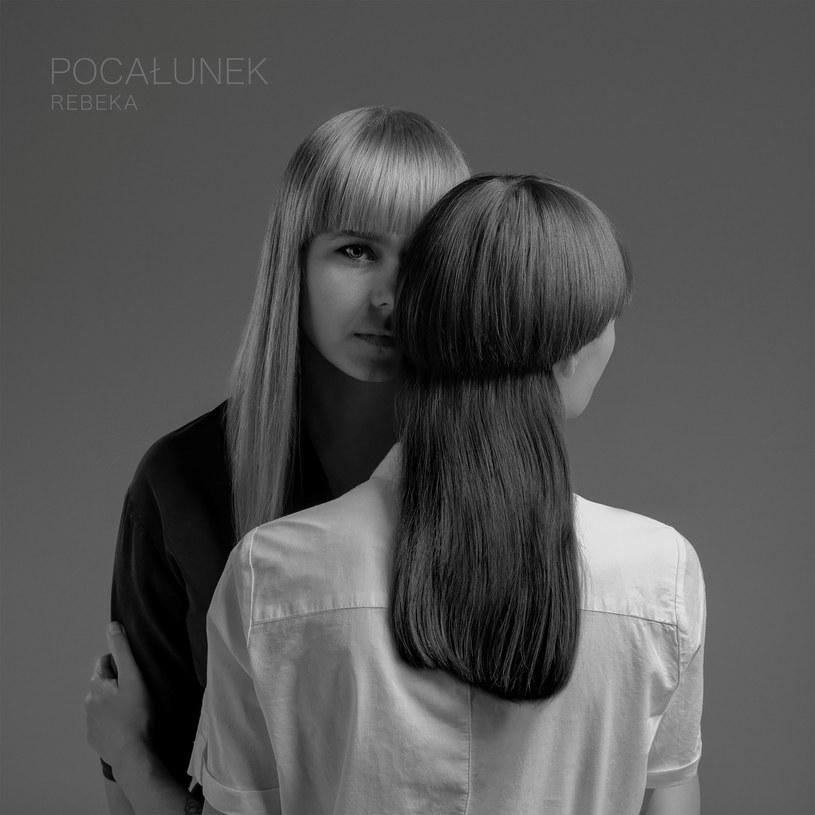 """Do sieci trafił nowy utwór duetu Rebeka """"Pocałunek"""", w którym Iwona Skwarek opowiada o swojej orientacji seksualnej."""