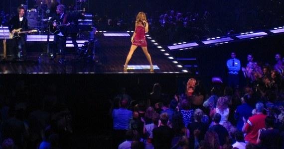 Wielkimi krokami zbliża się ekscytujące, długo wyczekiwane wydarzenie. Celine Dion odwiedzi nasz kraj już w 2020 roku. Niekwestionowana ikona muzyki pop wystąpi przed polskimi fanami aż dwukrotnie – 23 maja w Łodzi i 25 maja w Krakowie. Wybitna kanadyjska piosenkarka powróciła na scenę w wielkim stylu, aby promować swój najnowszy album.