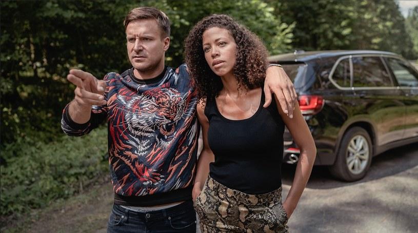 """Jedną z gwiazd serialu """"Żmijowisko"""" będzie Piotr Stramowski. Na małym i dużym ekranie aktor najczęściej wciela się w postaci twardych facetów. Podobnie będzie w nowej produkcji Canal +, choć tu jego rola nie będzie pozbawiona charakterystycznej dla wszystkich postaci pojawiających się serialu, dwulicowości. - Brakuje nam w życiu strachu, stoi za tym potrzeba przeżywania głębszych emocji, od których zostaliśmy odcięci - tak Piotr Stramowski tłumaczy popularność książkowego """"Żmijowiska"""". A jak będzie z jego ekranizacją? Premiera serialu już 3 listopada na antenie Canal+."""