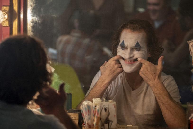 """Ucieczką widzów z sali kinowej zakończył się niedzielny pokaz """"Jokera"""" w paryskim kinie Grand Rex. Sprawcą zamieszania był jeden z uczestników seansu, który przestraszył pozostałych widzów okrzykiem """"Allahu akbar!""""."""