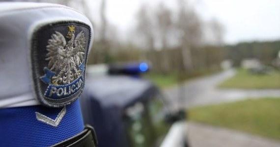 W niedzielnym wypadku pod mazowiecką Ostrołęką zginął 43-letni Sebastian Długosz, naczelnik Wydziału Utrzymania Systemów Informatycznych Policyjnych i Krajowych Biura Łączności i Informatyki Komendy Głównej Policji. Żona mężczyzny również zmarła w wyniku doznanych obrażeń.