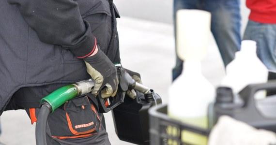 Wielu Polaków ruszy dziś w trasę przed dniem Wszystkich Świętych. Warto wiedzieć, gdzie zatankować paliwo. Najtańsze są w tej chwili na Śląsku, Dolnym Śląsku, w Opolskiem i na Pomorzu – informuje reporter RMF FM.