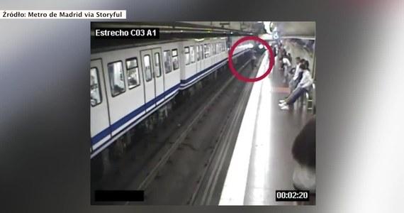 W madryckim metrze nie od dziś widnieją prośby oraz ostrzeżenia przed używaniem telefonów komórkowych. Młoda kobieta nic sobie jednak nie robiła z tabliczek. Zapatrzona w ekran przechodziła przez peron. Nawet nie zauważyła, że pod nogami zaczyna brakować jej gruntu…