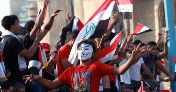 Prezydent Iraku Barham Salih zaproponował przeprowadzenie przyspieszonych wyborów parlamentarnych, aby zażegnać niepokoje społeczne w kraju. W antyrządowych demonstracjach, trwających od miesiąca, zginęło co najmniej 250 osób.