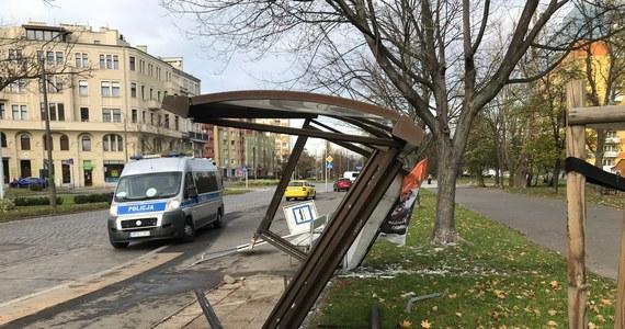 We Wrocławiu na skrzyżowaniu ulic Zaporoskiej i Gajowickiej, rozpędzony kierowca wjechał w przystanek autobusowy. Ranna została matka z dwójką dzieci, ich życiu nie zagraża niebezpieczeństwo.