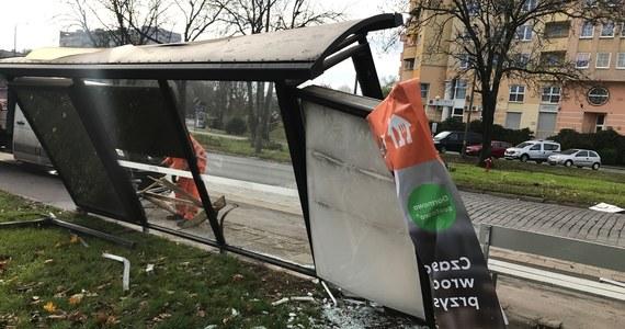 Wrocławska policja zatrzymała 37-letniego mężczyznę podejrzewanego o spowodowanie wypadku przy ul. Zaporoskiej. Kierowca staranował przystanek autobusowy i uderzył w matkę z dwójką dzieci.